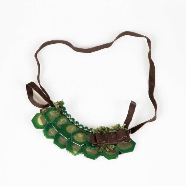Collana con placche in resina e cristalli Swarovski