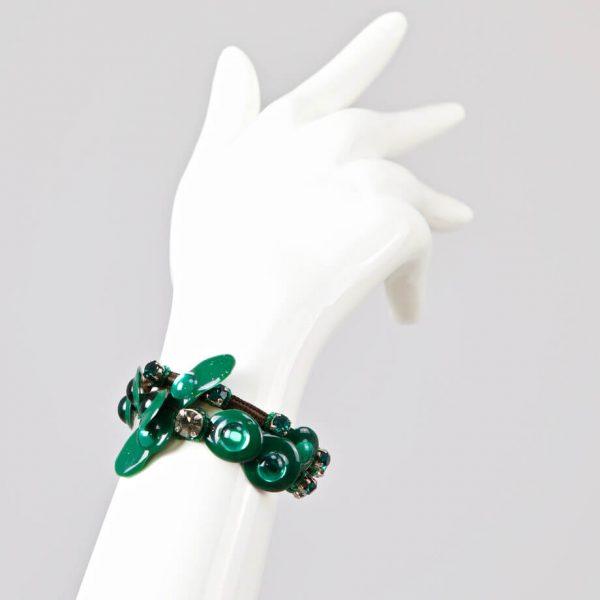 Bracciale con resine artistiche, pietre, strass e castoni smeraldo
