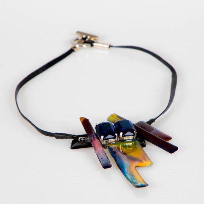 Collana girocollo in resina multicolor con Swarovski blu