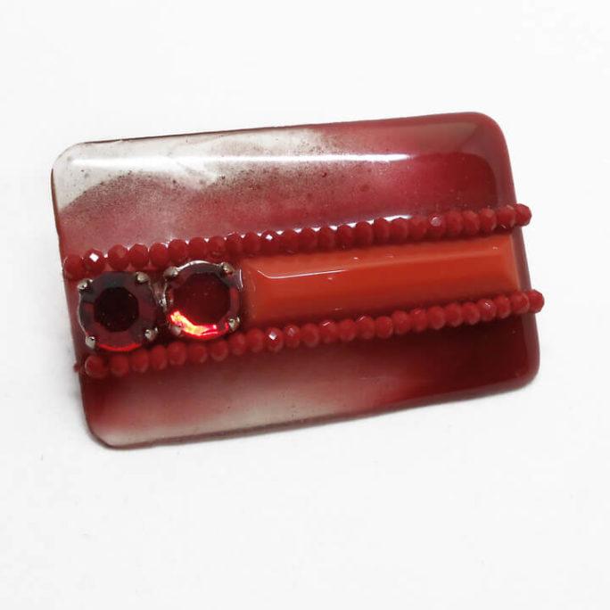 Spilla geometrica in resina con pietre rosse
